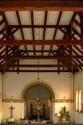 Pohled na hlavní oltář a konstrukci stropního trámoví